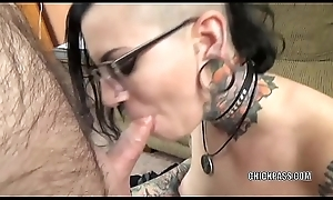 Tattooed hottie Reservoir is sullied an superannuated dude that babe just met
