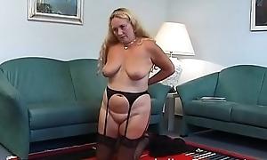 Oma masturbiert mit Fernbedienung