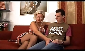 Italian whore bonks mamma with son - mama italiana troia scopa con figlio italia
