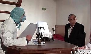 Dishearten vieille mariee se fait defoncee le cul chez le gyneco en troika avec le mari