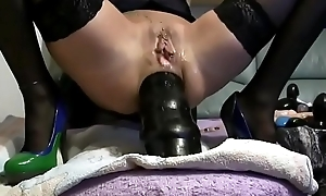 Dü_nne reife Frau masturbiert mit einem riesigen Dildo