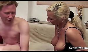 Stief-Mutter schenkt ihrem Sohn mit Riesen Schwanz seinen ersten Arsch Fick