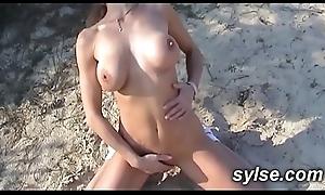 Milf se gode sur la plage avant de branler les voyeurs