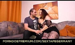 SEXTAPE GERMANY - Molliges Amateur Pä_rchen aus Deutschland dreht ein Sexvideo auf dem Sofa