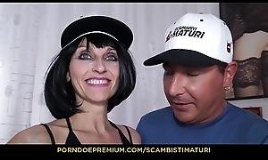 SCAMBISTI MATURI - Italian brunette Emma Valente receives banged apropos mediocre sexual relations
