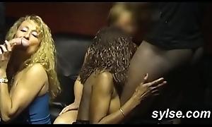 Exhib sur plage et brnalette des voyeurs avant partouze anale au sexshop